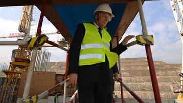 Jean-Marc Ayrault sur un chantier en Chine le 8 décembre 2013.
