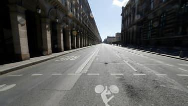 une rue vide de Paris lors du 1er confinement le 18 avril 2020