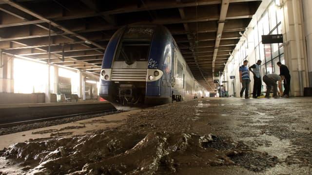 La gare de Cannes dans la boue le dimanche 4 octobre.