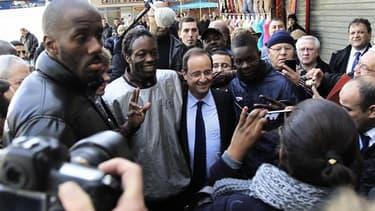 François Hollande en visite dans la cité du Val Fourré, à Mantes-la-Jolie, fin décembre. Les fêtes passées, le candidat socialiste à la présidentielle donne un coup d'accélérateur à sa campagne qui l'emmènera sur tous les terrains, de la Corrèze aux Antil