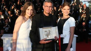 Abdellatif Kechiche, entouré des actrices Adele Exarchopoulos et Léa Seydoux, reçoit la Palme d'Or en 2013
