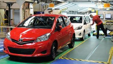 Deux Toyota Yaris sur la ligne d'assemblage du constructeur nippon à Onnaing, près de Valenciennes, en 2013.