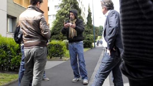 Berkane Maklouf, au centre, avec des journalistes, le 14 mai dernier à Clermont-Ferrand.