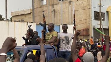 Des soldats maliens en civil célébrés à leur arrivée à Bamako ce mardi.