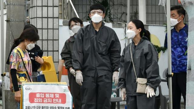 Des agents gouvernementaux en combinaison de protection contrôlent l'accès à l'église Sarang Jeil, le 17 août 2020 à Séoul, en Corée du Sud