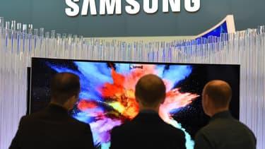 """Samsung a tenté d'apaiser les inquiétudes de ses clients sur le fait que ses télévisions intelligentes puissent les """"écouter"""" dans l'intimité de leur salon"""