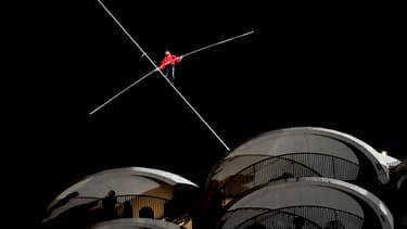 Le cascadeur Nik Wallenda, lors de se traversée les yeux bandés d'un fil situé à 180 mètres de hauteur à Chicago.