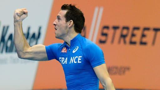Renaud Lavillenie fête son titre de champion d'Europe en salle à la perche à Göteborg en Suède le 3 mars 2013.