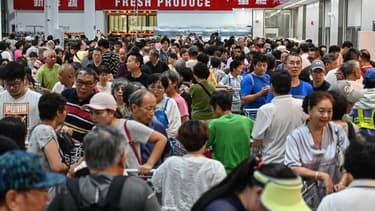 La nouvelle grande surface spécialisée dans les achats en gros a dû stopper l'entrée des clients dans son magasin de Shanghai alors que les rayons étaient envahis de milliers d'acheteurs s'arrachant caissons de viande, écrans plats ou ours en peluche géants.