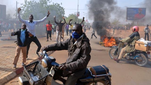 """Des émeutes ont éclaté au Niger, après la publication d'une caricature de Mahomet dans le dernier """"Charlie Hebdo""""."""