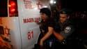 Evacuation d'une Israélienne à Beersheba après un tir de roquette. Des militants palestiniens ont tiré une douzaine de roquettes sur le sud d'Israël dimanche laissant craindre une nouvelle intervention de l'armée israélienne dans la bande de Gaza en proie