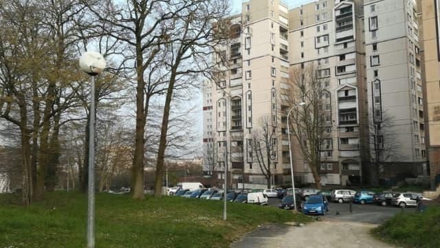 Vue d'une barre d'immeubles de la cité des Tarterêts à Corbeil-Essonnes, le 20 mars 2020