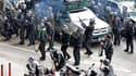 """L'armée thaïlandaise a opéré des tirs de sommation en l'air pour bloquer un convoi des opposants au gouvernement qui ont quitté le centre de Bangkok pour entamer une """"manifestation itinérante"""". /Photo prise le 28 avril 2010/REUTERS/Sukree Sukplang"""