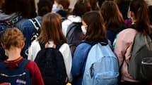 Sur cette photo d'archive prise le 1er septembre 2020, des élèves portant des masques de protection font leur rentrée au collège Françoise-Giroud à Vincennes, à l'est de Paris, sur fond d'épidémie de Covid-19 (photo d'illustration)