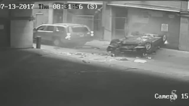 La BMW vient de s'écraser au sol, juste derrière le véhicule qui s'apprêtait à sortir du parking.