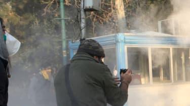 Dans la fumée des gaz lacrymogènes lors d'une manifestation à Téhéran, le 30 décembre 2017