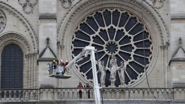 Les pompiers près de la rosace de la cathédrale Notre-Dame de Paris, ce mardi 16 avril 2019.