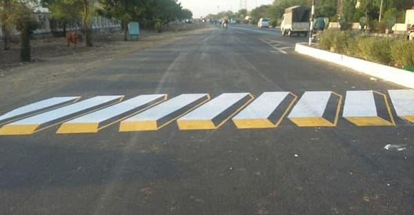 Un des nombreux motifs en trompe l'oeil, de plus en plus utilisés en Inde pour remplacer les passages cloutés et les ralentisseurs.