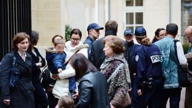 Des parents récupèrent leurs enfants à la sortie de la maternelle La Rochefoucauld, dans le VIIe arrondissement de Paris, après qu'un homme se soit suicidé dans le hall de l'établissement.