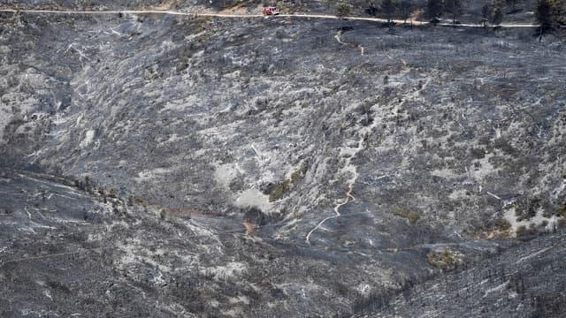 Un camion de pompiers traverse un paysage dévasté par les incendies près de Carnoux-en-Provence dans le sud-est de la France, le 22 août 2017