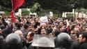 Manifestation devant le ministère de l'Intérieur, à Tunis. Le président tunisien Zine el Abidine Ben Ali a décrété l'état d'urgence dans tout le pays. /Photo prise le 14 janvier 2011/REUTERS/Zoubeir Souissi