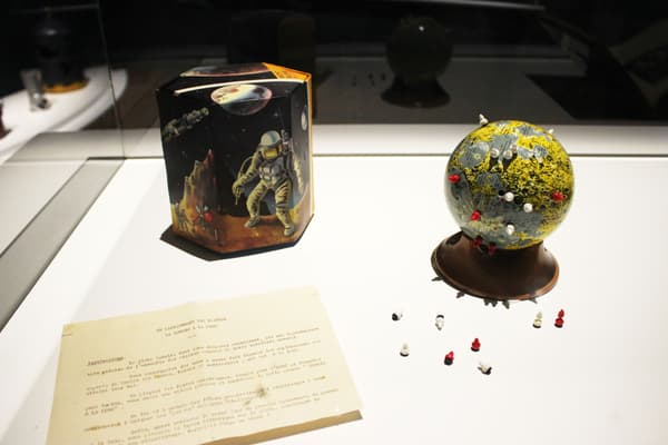 Globe lunaire éducatif: jeu d'actualité avec fusées et cosmonautes magnétiques russes et américains, jouets Mont Blanc. (1968)