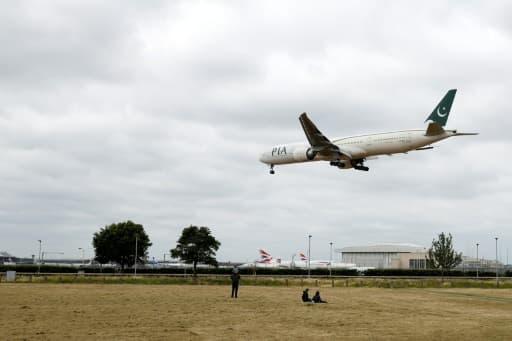 Un avion de la compagnie Pakistan International Airlines en phase d'atterrissage à l'aéroport de Heathrow, le 8 juin 2020 à Londres