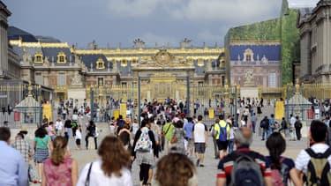 Des touristes au Château de Versailles, en août 2011.