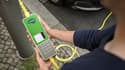 Pour recharger un véhicule sur un réverbère, un câble équipé d'un boitier intelligent est nécessaire.