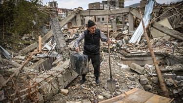 Un homme dans les décombres à Stepanakert, le 10 octobre 2020.