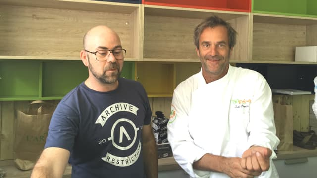 Le chef Damien Duquesne (ici à droite avec son fournisseur de café) va proposer chaque semaine sur sa carte 10 recettes piochées sur le site 750g