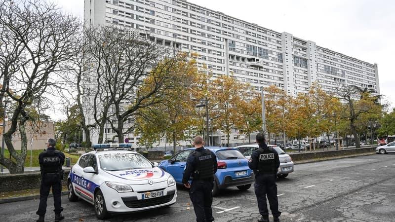 Regarder la vidéo Police visée à Lyon: des CRS envoyés en renfort à la demande du ministre de l'Intérieur