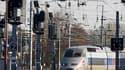 """Un TGV entre en gare de Strasbourg. Le gouvernement, Réseau ferré de France et la SNCF ont lancé jeudi un """"plan d'urgence"""" de 40 millions d'euros sur 18 mois pour tenter d'enrayer les actes de vandalisme et les vols de câbles qui perturbent le trafic ferr"""