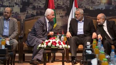 Moussa Abu Marzuk (à gauche), membre du Hamas, le chef de la délégation de l'OLP, Azzam al-Ahmad (deuxième à gauche), Ismail Haniya, le Premier ministre du Hamas dans la bande de Gaza et le chef adjoint de l'Autorité palestinienne Ahmad Bahar (à droite)