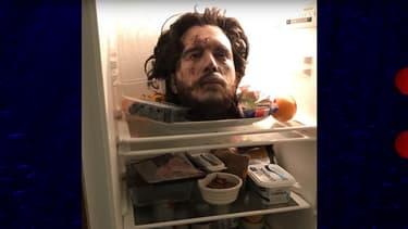 La (fausse) tête de Kit Harington dans le réfrigérateur de sa cuisine.