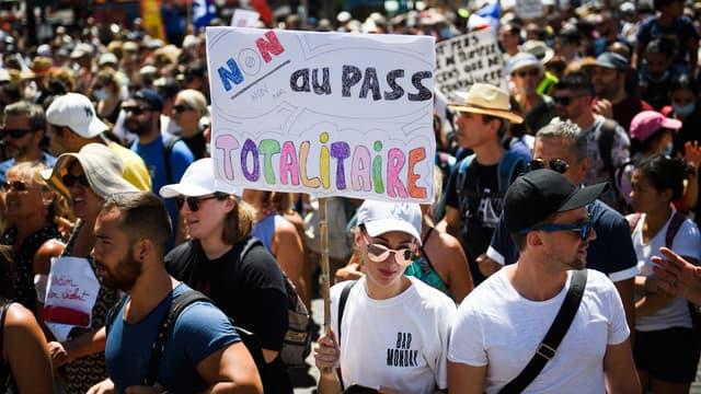 Des manifestants à Marseille contre le pass sanitaire, samedi 17 juillet 2021