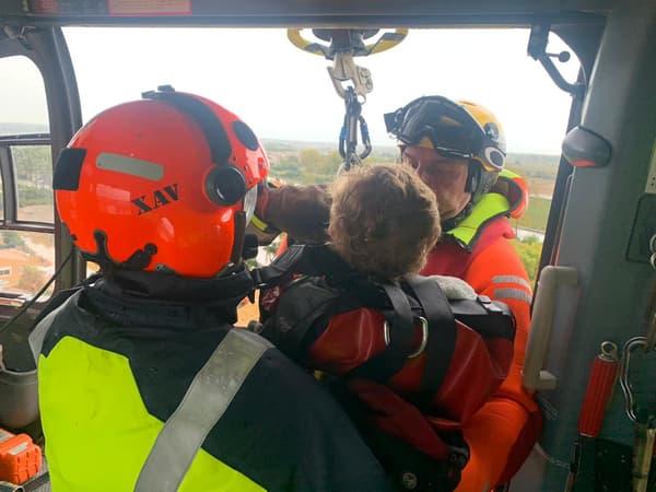 Une dame secourue par hélicoptère dans l'Hérault, ce mercredi.