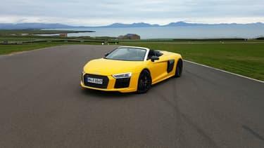 Le jaune n'est sans doute pas le meilleur choix de couleur pour cette R8 mais, une fois à l'intérieur, le son du V10 vous fera oublier cet écart.