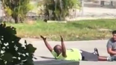 Un policer américain a tiré dans la rue sur un homme noir qui était pourtant allongé au sol, les mains en l'air.