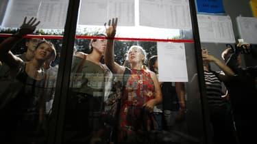 Des élèves regardent les listes des admis au baccalauréat. Image d'illustration.