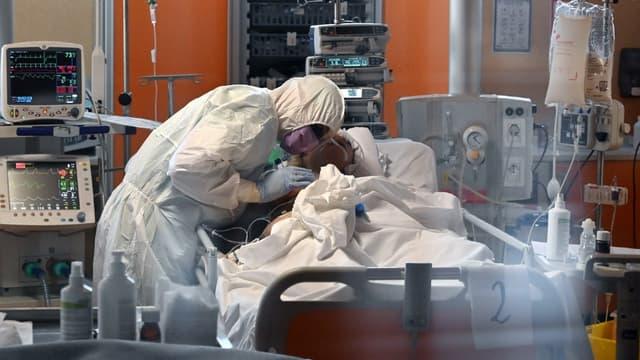 Un médecin dans un hôpital de Casal Palocco en Italie, au chevet d'une personne atteinte du Covid-19 en soins intensifs
