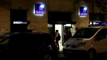 Des policiers devant une agence bancaire de la Bred où un homme a retenu en otages sept personnes, le 6 août 2020 au Havre