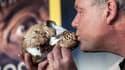 Non sans un certain sens de la mise en scène, le paléoanthropologue Lee Berger déclare sa flamme à Homo naledi.