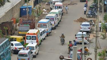 Des ambulances transportant des personnes décédées du Covid-19 attendent devant un crématorium à Bangalore en Inde, le 21 avril 2021
