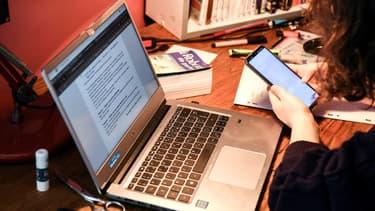 Une étudiante passe un examen en ligne le 27 mars 2020, pendant le confinement, à Chisseaux, près de Tours (photo d'illustration)