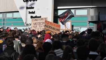 Rassemblement d'étudiants à Lyon devant un  campus du CROUS, le 12 novembre 2019, après qu'un étudiant de 22 ans se soit immolé