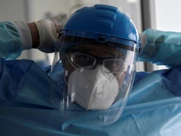Un membre du personnel soignant de l'hôpital El Tunal à Bogota en Colombie se prépare avant de s'occuper d'un patient atteint du Covid-19