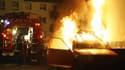 Des pompiers éteignent un incendie le 31 décembre 2006 dans la banlieue de Strasbourg