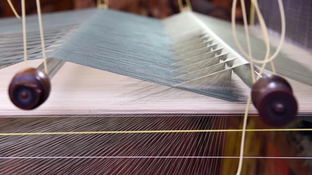 Parmi ces artisans, Denis & Fils, à Montchal, l'un des derniers spécialistes français du tissage de la soie.