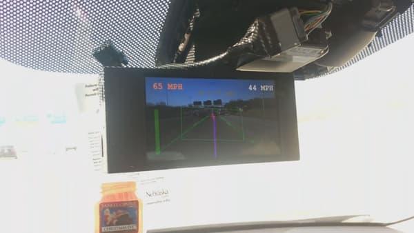 """Un écran remplace le rétroviseur intérieur. Il permet d'observer en temps réel la """"vision"""" du véhicule sur la route."""